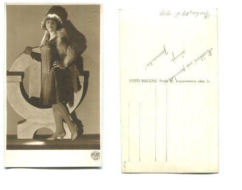 Foto portrét ženy v šatech a kožichu - Antikvariát Dana Kurovce 9cc32b2a89